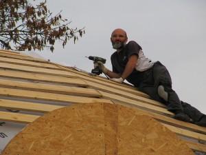 Отець Юрій на даху. Поможи, Господи!