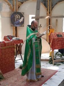 Отець Юрій з хрестом