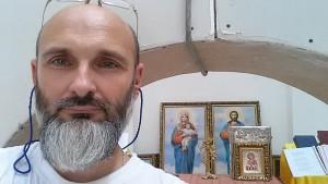 Отець Юрій під сінню Божої матері та Ісуса Христа