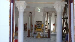 На передньому плані дві колони для хорів